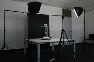 Fotoshooting mit schwarzer Acrylglas-Scheibe und manuellem Drehteller